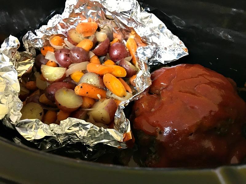Slow Cooker Hobo Dinner from Blogghetti #meatloaf #potatoes #carrots #hobodinner